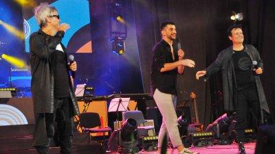 Александър Кадиев (в средата) и братя Аргирови изпяха най-новата си песен - Вирусът любов. Снимки Черноморие-бг