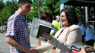 Директорът на гимназията Роза Желева връчи дипломите на отличниците. Снимки Черноморие-бг