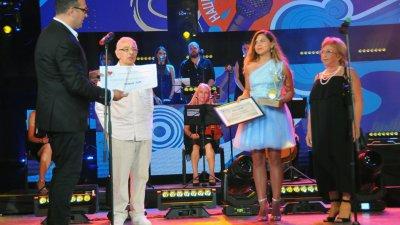 Николай Божилов (вляво) връчи чека на автора на музиката на песента Ти, мое море. Снимка Черноморие-бг