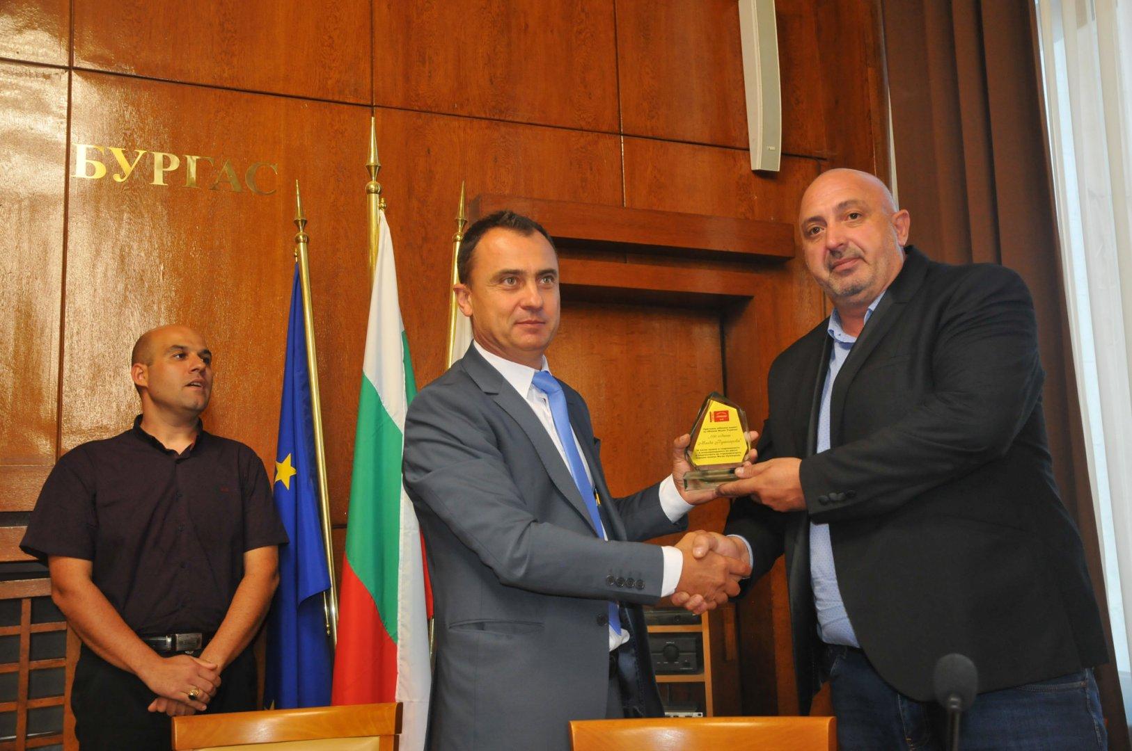 Председателят на дружество Странджа Стефан Колев (в средата) връчи плакета на кмета на Малко Търново Илиян Янчев. Снимка Черноморие-бг