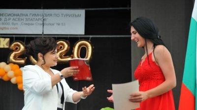 Директорът на ПГТ Силвия Пехливанова връчи грамотите на отличниците. Снимки Черноморие - бг