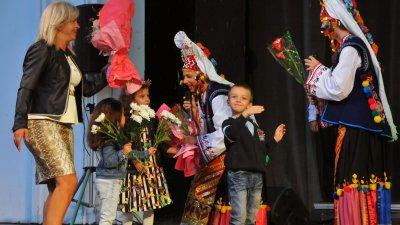 Малчугани подариха цветя на изпълнителите в концерта Чародейката, посветен на голямата Магда Пушкарова. Снимки Черноморие-бгч