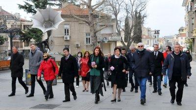 Кандидатите за народни представители тръгнаха от шатрата и стигнаха до Казиното, където бе закрита кампанията. Снимки Черноморие-бг