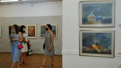 Изложбата Акварел'2020, в памет на големия художник Ненко Токмакчиев, е подредена в галерия Петко Задгорски - Бургас. В нея участват 68 автори от Бургас, Сливен, Хасково и Ямбол. На откриването на експозицията присъстваха съпругата на художника и синът му, актьорът Тончо Токмакчиев. Изложбата има конкурсен характер. Творбата на художника Живко Иванов - Спомен за Н.Т. получи наградата на Община Бургас, а Любовта на акулите на Димитър Чолаков - на галерия Петко Задгорски. Снимки Черноморие-бг