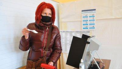 Милена Лакова избра да гласува машинно, както го е направила и на изборите за ЕП през 2019 година. Снимки Черноморие-бг