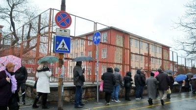 В ОУ Св. княз Борис I има вход за влизащи и вход за излизащи. Снимки Черноморие-бг