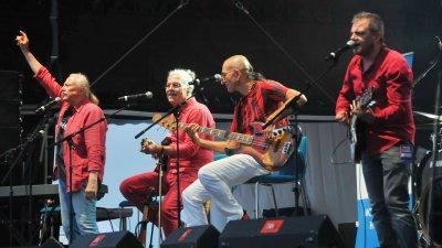 Дони и Момчил се събраха след години на сцената на фестивала. Снимки Черноморие-бг
