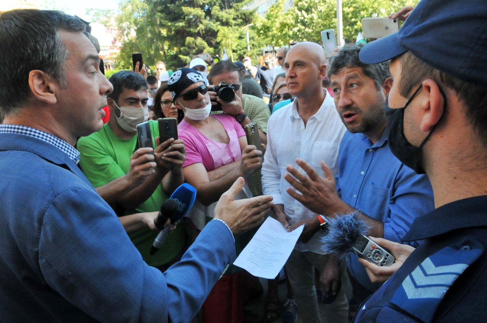 Кметът Николов се срещна с Христо Иванов и протестиращите пред Общината. Снимки Черноморие-бг