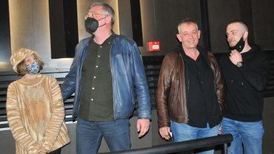 Михаил Билалов (вторият отдясно наляво) дойде в Бургас с режисьора Виктор Божинов (вляво) за предпремиерата на филма. Снимки Черноморие-бг
