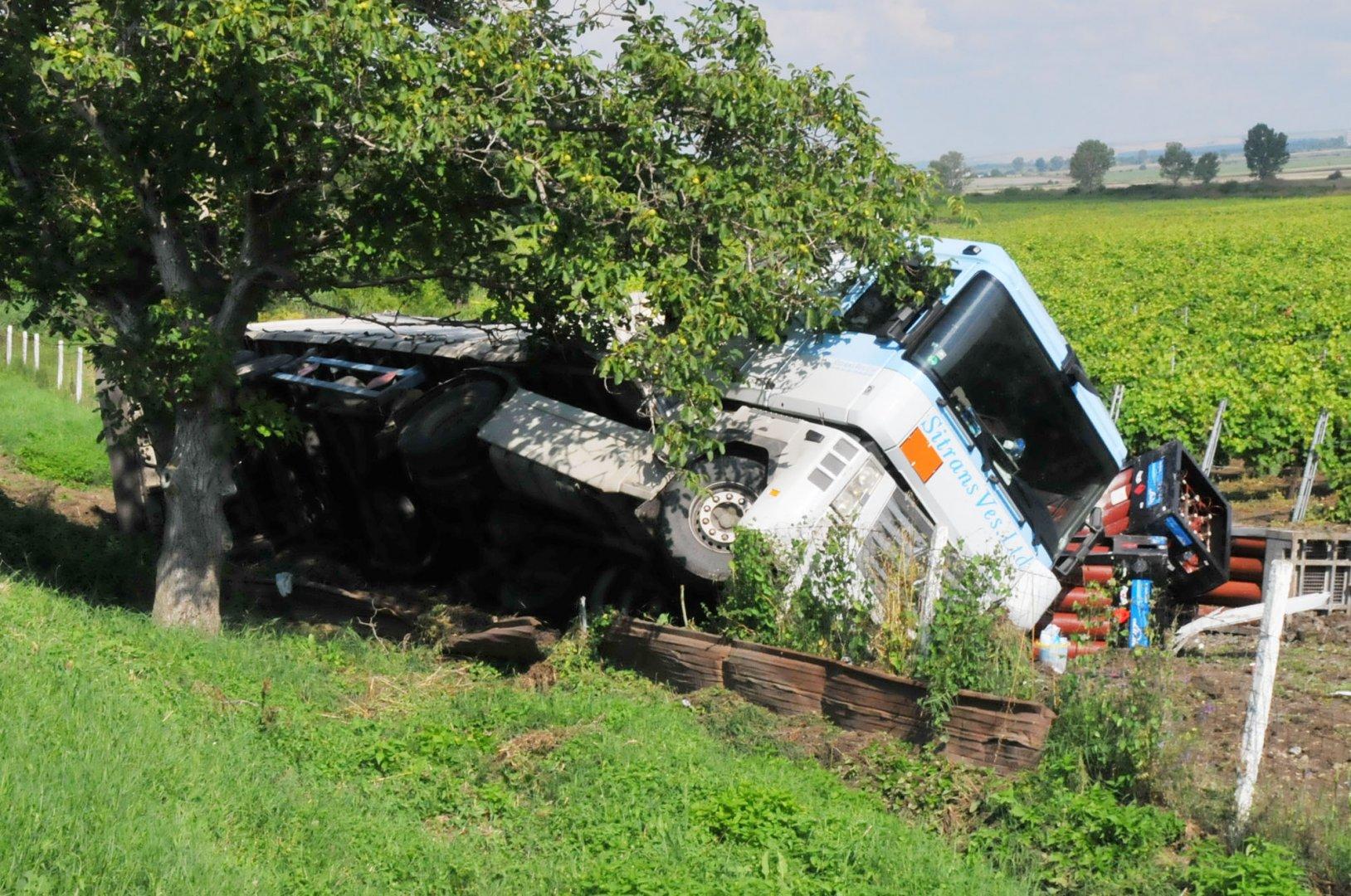 Заради спукана гума, камионът се преобърнал до карнобатското село Венец. Снимки Лина Главинова