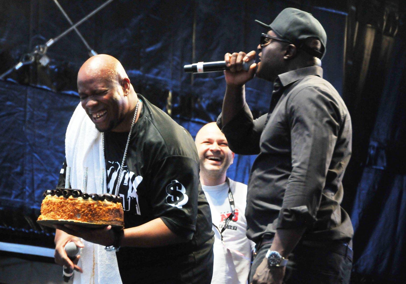 Rob Money от C-Block бе изненадан с торта по случай личния си празник. Снимки Черноморие-бг