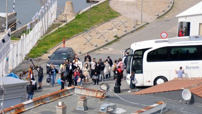 Статистите, които участват в сцената с купона на яхтата, са от Бургас. Снимки Черноморие-бг