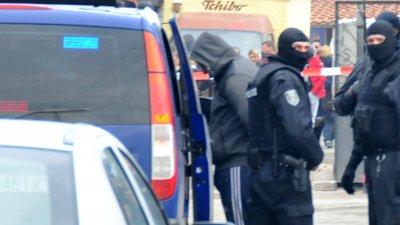 Спецчастите влязоха в Победа и арестуваха двама. Снимки Лина Главинова