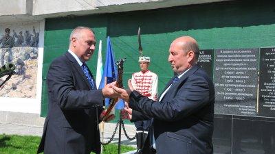 Иво Антонов (вляво) връчи сувенирната карабина на кмета на Средец Иван Жабов. Снимки Черноморие-бг