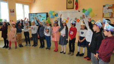 Първокласниците от СУ Иван Вазов тържествено отбелязаха Празника на буквите. Снимки Черноморие-бг