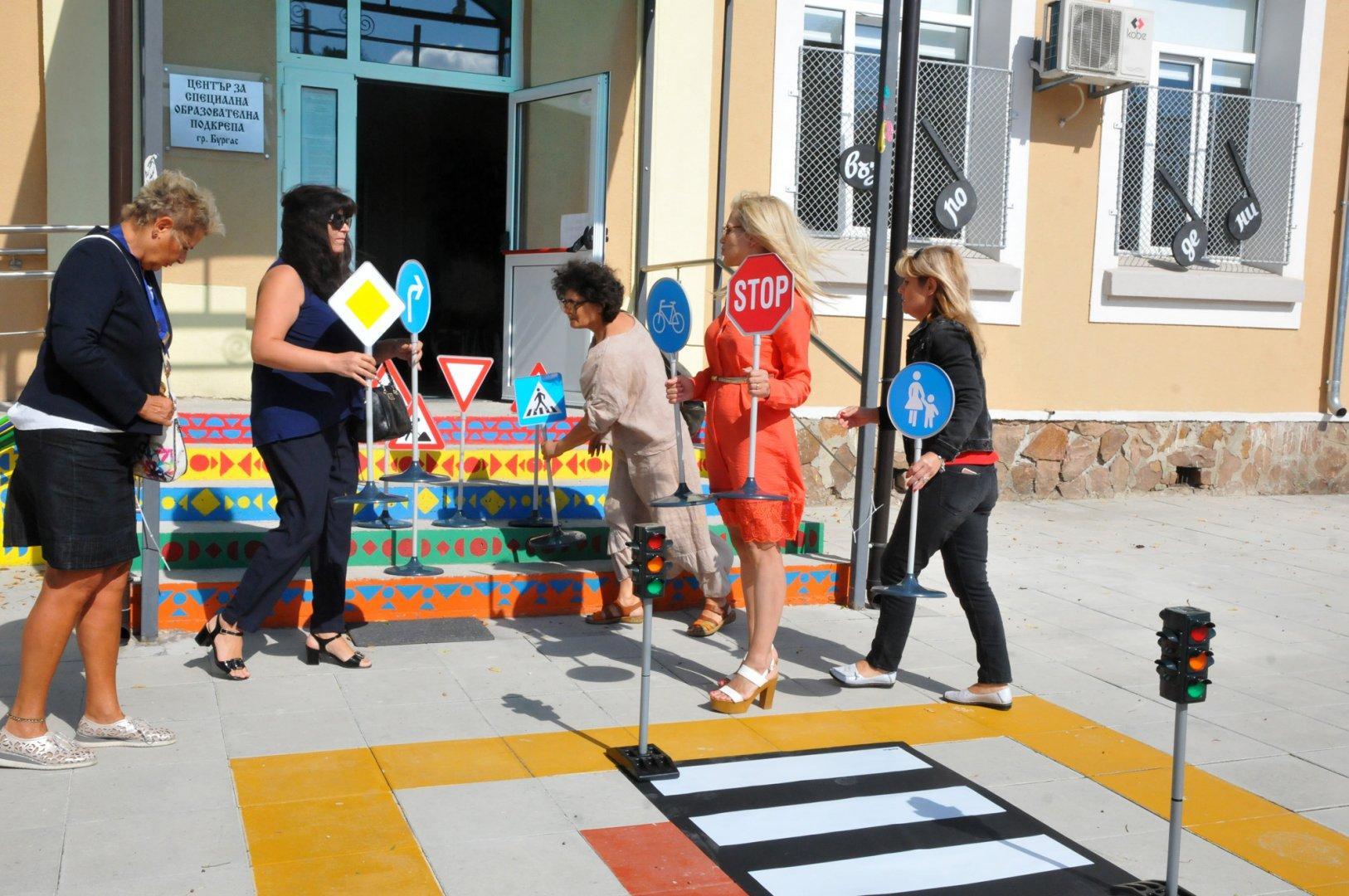 """Дами от бургаския Инър Уийл клуб дариха интерактивна светофарна уредба на Центъра за специална образователна подкрепа. Целта е чрез иновативни методи децата да придобият навици и умения , като участници в съвременното пътно движение. Да се научат да разпознават цветовете, пътните знаци, и да пресичат правилно. Дамите от бургаския клуб участваха и в националния проект на Инър Уийл - """"Чети и дари"""". По него децата четат книги, печелят кредити, които даряват за каузи. Снимки Черноморие-бг"""