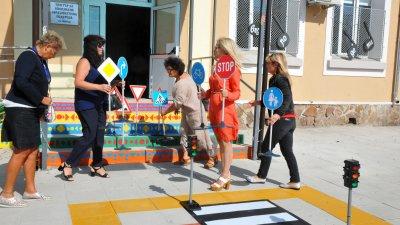 Дами от бургаския Инър Уийл клуб дариха интерактивна светофарна уредба на Центъра за специална образователна подкрепа. Целта е чрез иновативни методи децата да придобият навици и умения , като участници в съвременното пътно движение. Да се научат да разпознават цветовете, пътните знаци, и да пресичат правилно. Дамите от бургаския клуб участваха и в националния проект на Инър Уийл -