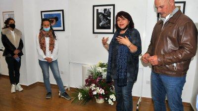 15 автори от Бургаска фотографска общност подредиха 24 фотографии в галерия Георги Баев. Петата фотоизложба Прикаки за Ева е посветена на Петя Даскалова, една от основателките на общността, която наскоро си отиде от този свят, след като загуби битката от СOVID-19. С минута мълчание присъстващите почетоха паметта на Петя. Снимки Черноморие-бг