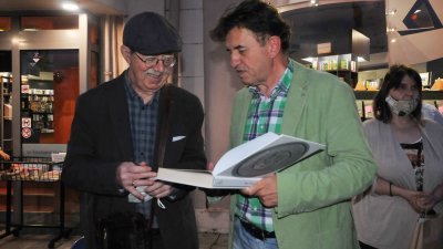 Авторът проф. Георги Дюлгеров (вляво) и редакторът Игор Марковски на премиерата в книжарница Хеликон. Снимки Черноморие-бг