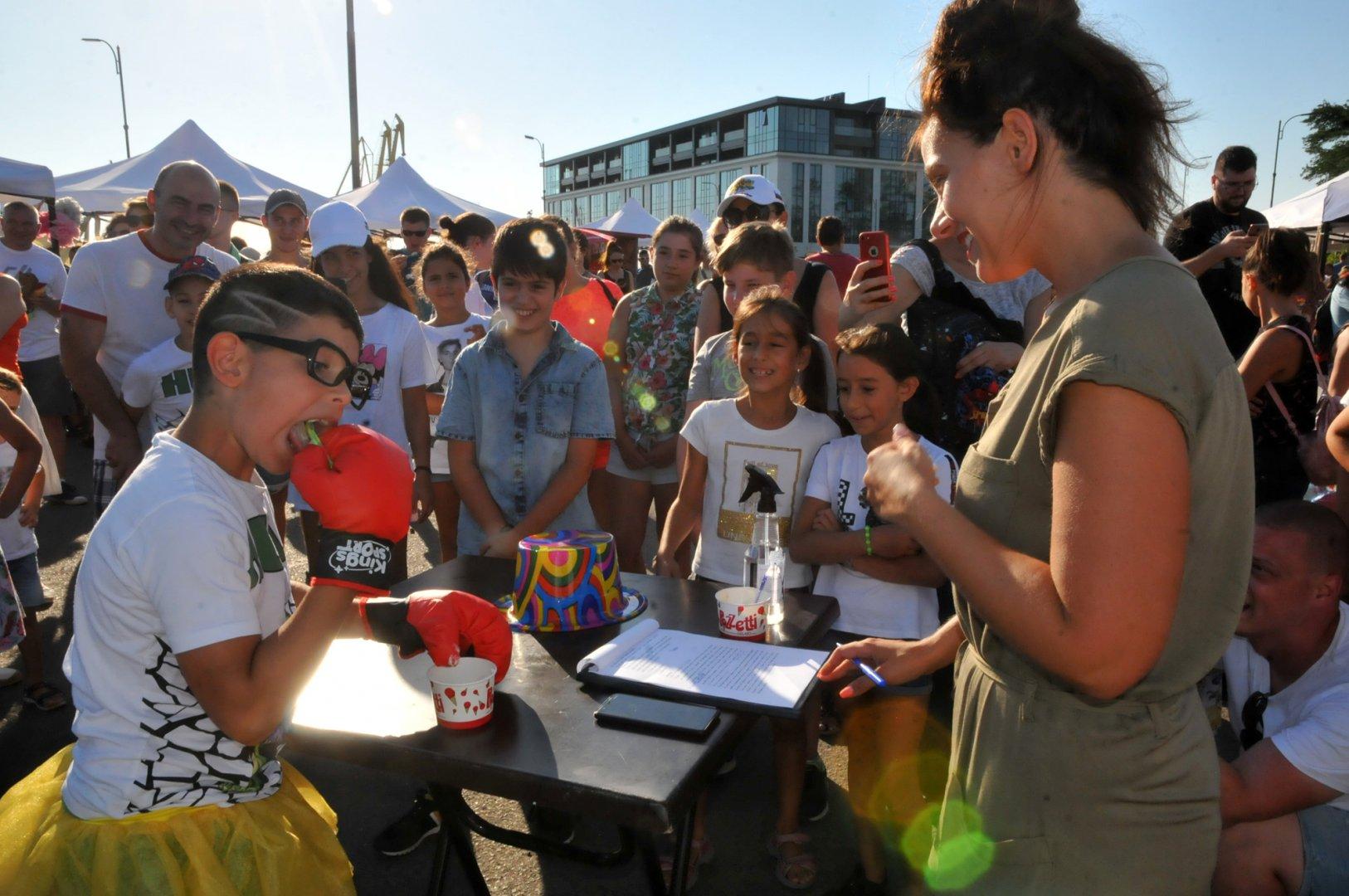 Със забавни игри стартира първият по рода си Фестивал на сладоледа в Бургас. Снимки Черноморие-бг
