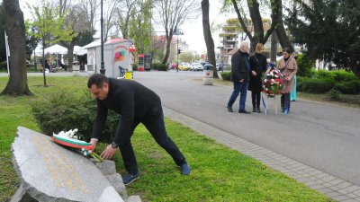 С полагане на цветя и венци пред паметната плоча в Морската градина в Бургас отбелязаха Международния ден в памет на загиналите при трудови злополуки. Представители на КНСБ, зам. областният управител Владимир Крумов и шефът на Инспекцията по труда Павлин Васков отдадоха своята почит и напомниха, че здравето и безопасността при работа са право за цял живот на всеки гражданин. Снимки Черноморие-бг