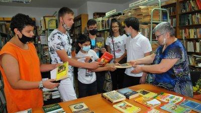 Осмокласници дариха книги на библиотеката на ПГЕЕ Константин Фотинов. Снимки Черноморие-бг