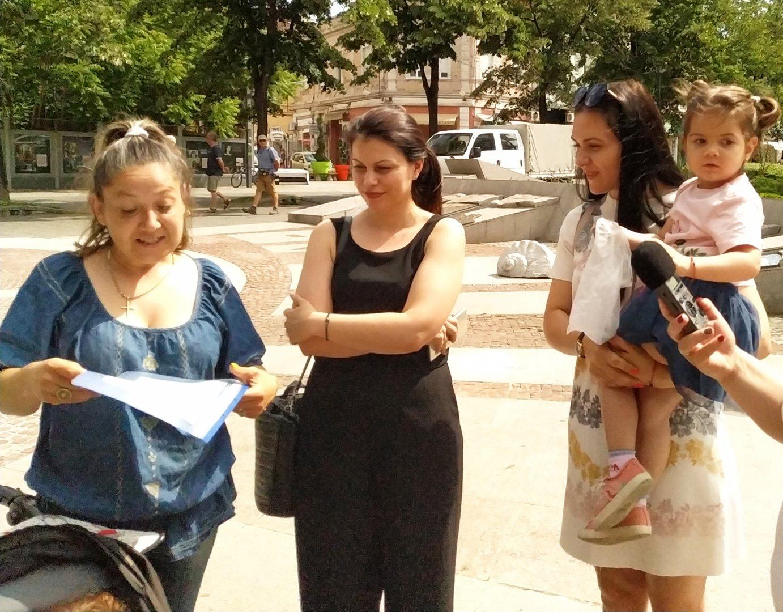 Ваня Христово (вляво) благодари за предоставената сума. Снимки Черноморие-бг