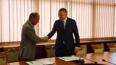 Кметът на Варна Иван Портних и Мартин Заимов, ръководител на фонда подписаха договора. Снимка Община Варна
