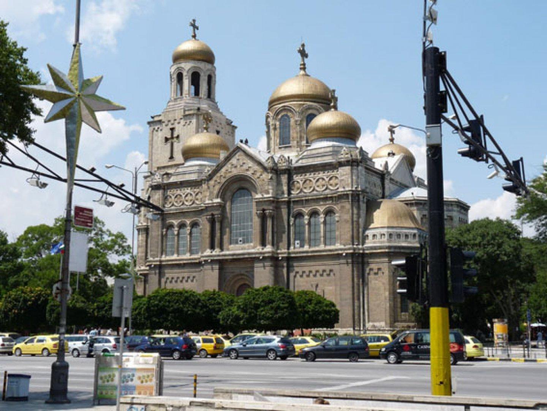 Ще бъде реорганизирано движението и пред катедралния храм. Снимка Архив