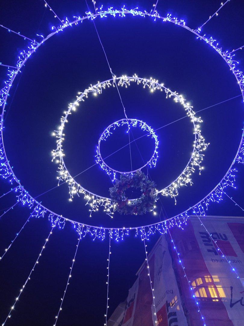 Венецът е с диаметър 70 см. и виси над Компаса на улица Александровска. Снимки Черноморие-бг