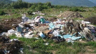 Все още честа гледка са нерегламентираните места за изхвърляне на отпадъци. Снимка Архив