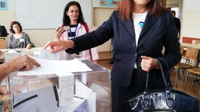 Севдалина Турманова гласува в секция №45 в Бургас