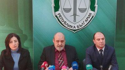 Прокурор Петров (в средата) даде съвместен брифинг с шефа на ОДМВР - комисар Калоянов. Снимка Окръжна прокуратура