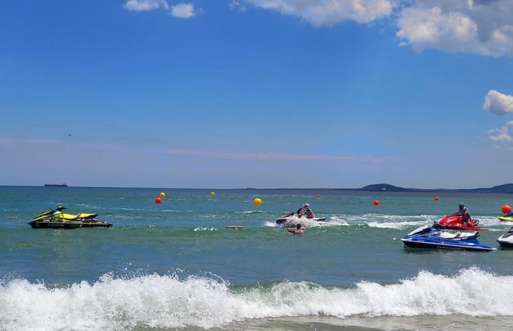 Джетове пориха вълните край брега на Северния плаж в Бургас. Текст и снимки Екатерина Кючукова