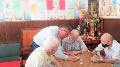 Кандидати за депутати разясняват на хората как да гласуват машинно. Снимки ГЕРБ - Бургас
