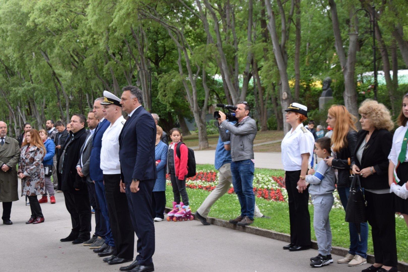Церемонията се състоя пред паметника на Ботев във Варна. Снимки ВМС - Варна
