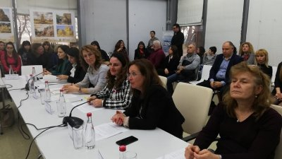 Зам.-министър Зорница Русинова (втората отдясно наляво) представи и опита си като родител. Снимки ГЕРБ - Бургас