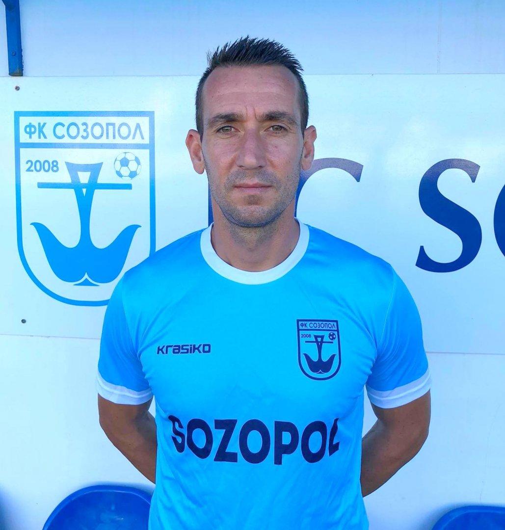 Петър Кюмюрджиев е и помощник-треньор в тима. Снимка ФК Созопол