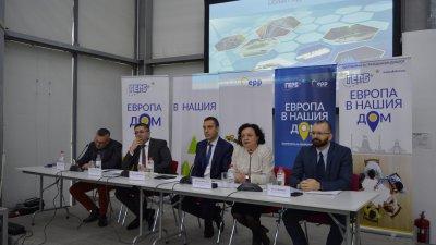 В момента се разработва механизма за бъдещото действие на програмата за саниране, обясни зам.-министър Нанков (вторият отляво надясно). Снимка ГЕРБ - Бургас