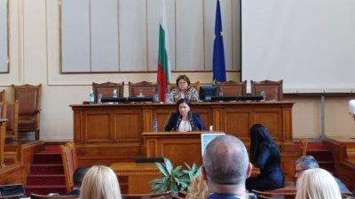 Бургаският депутат Галя Желязкова отправи питанията си от парламентарната трибуна. Снимка ГЕРБ