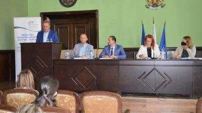 Планът на община Айтос бе представен от кмета Васил Едрев. Снимка Областна управа - Бургас