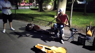 Уличните музиканти са обичайна гледка за всички големи европейски градове и курорти