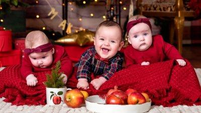 Ивона, Симона и Добромир създават празнично настроение на своите родители