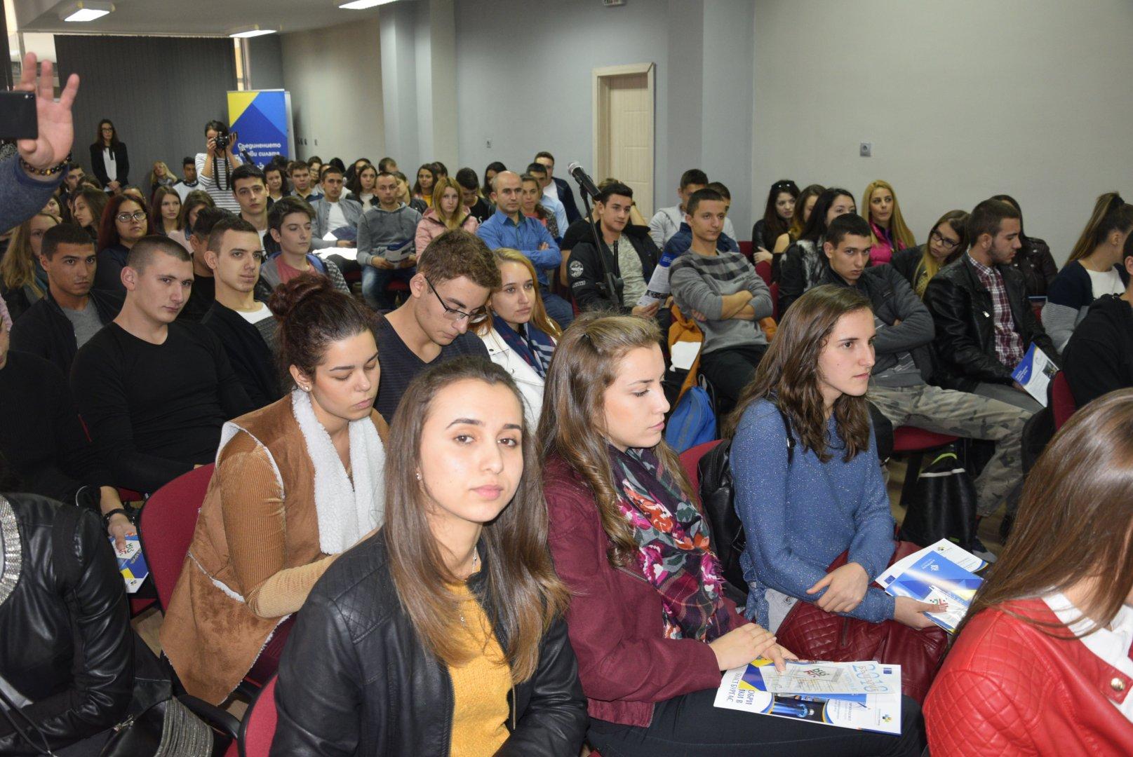 Дванайсетокласниците зададоха десетки въпроси по време на срещата. Снимки Пресцентър Областна управа Бургас