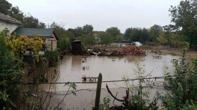 С помпи се отводняват пострадалите имоти. Снимка Пресцентър Община Бургас