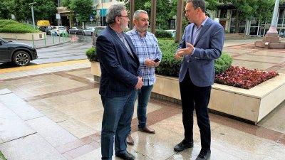 Доц. Кунчев (вляво) обсъди провеждането на тестването с кмета Димитър Николов (вдясно) и шефа на РЗИ д-р Георги Паздеров. Снимка Община Бургас