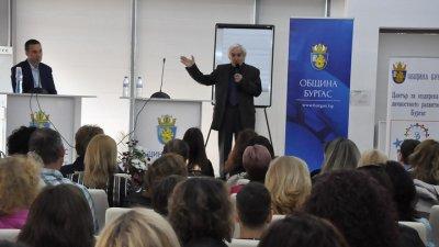 Физикът беше тук през април, за да сподели дългогодишния си опит. Снимка Община Бургас