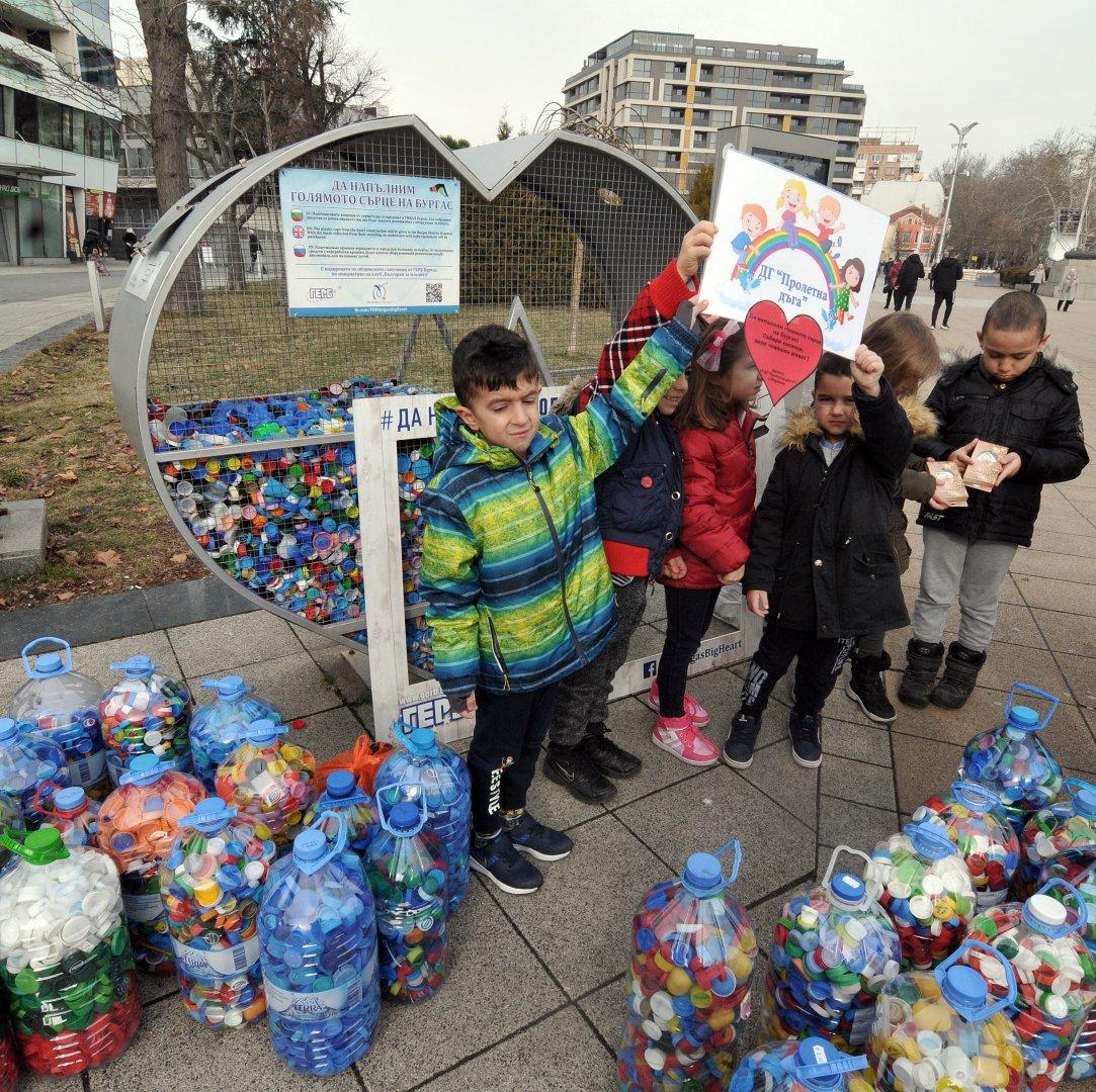И деца се включиха в инициативата за събиране на пластмасови капачки. Снимки Тодор Ставрев