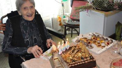 Столетницита празнува юбилея си заедно със семейството си. Снимки Община Бургас