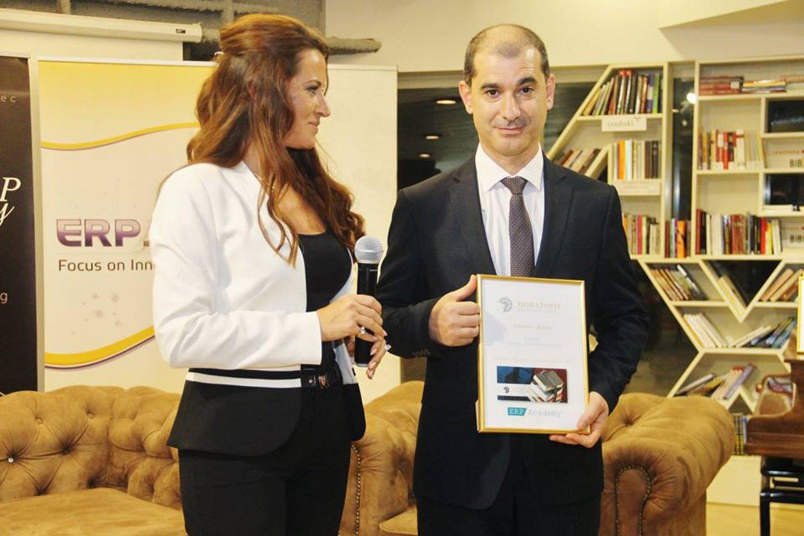 Наградата бе връчена на проф. Сотир Сотиров - един от двигателите на процеса за превръщане на Бургас в технологичен град. Снимка Пресцентър Община Бургас